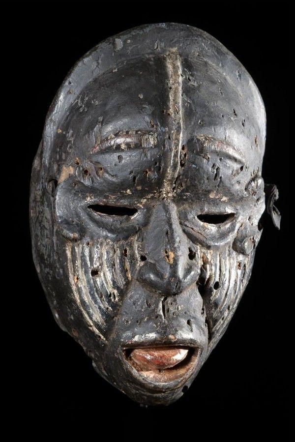 Ces Masques Sont Tres Particuliers Et Assez Peu Courants Le Visage Est Souvent Deforme Couvert De Cicatrices Les Expressions Sont Grimacantes Do Art Africain