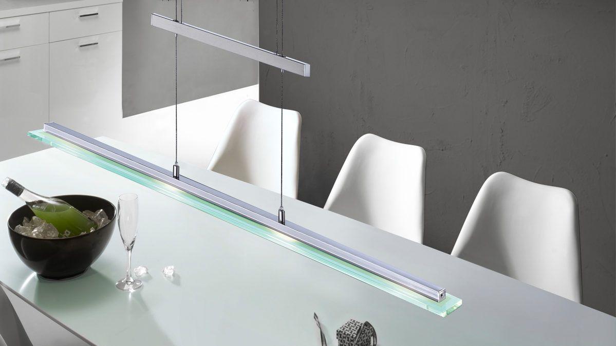 Filigranes Design und herrliche Materialien kombiniert die Pendelleuchte Tenso. Die bestechende Materialauswahl besteht aus mattem Nickel und Chrom. Dank des satinierten Glases mit einem klaren Rand ist das Licht der Pendellampe besonders angenehm. Hängen Sie die schmale Lampe mit einer Länge von ca. 88 cm direkt über Ihren modernen Esstisch. Sie haben die Wahl zwischen einer Höhe von ca. 90 und einer Höhe von 150 cm, wodurch Sie ganz individuell den Lichtwurf der ca. 9 cm breiten Leuchte…