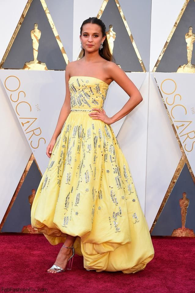 Alicia Vikander in Louis Vuitton strapless yelow gown at 2016 Oscar Awards. #2016oscars #oscars