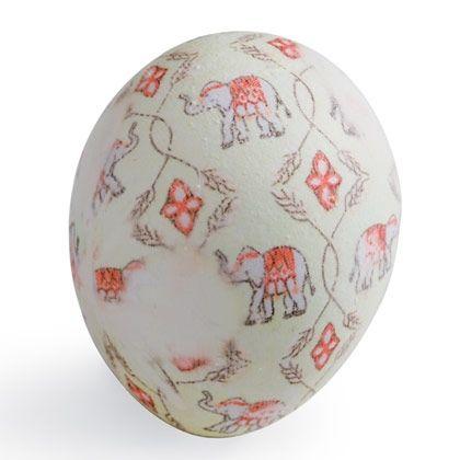 Kierrätä vanhat kuviolliset solmiot ja värjää niiden avulla pääsiäismunat. Taatusti yksilöllisiä pääsiäiskoristeita!