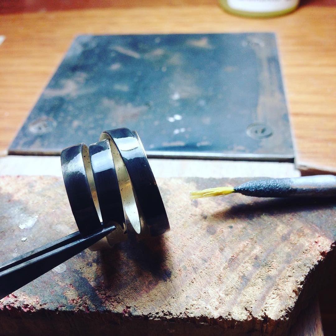 anillo infinito negro) en proceso de pavonado / endless black ring in oxidation process / anello infinito nero in processo di ossidazione. #etsy #jewelrymaking #jewelryworkshop #etsysuccess #handmadejewelry #anello #ring #anillo #joyeríahechaamano #tallerdejoyeria #laboratoriodigioielli #gioielliminimale #gioiellifattaamano #etsyitaly #etsyinspanish #etsyshop #etsyhunt