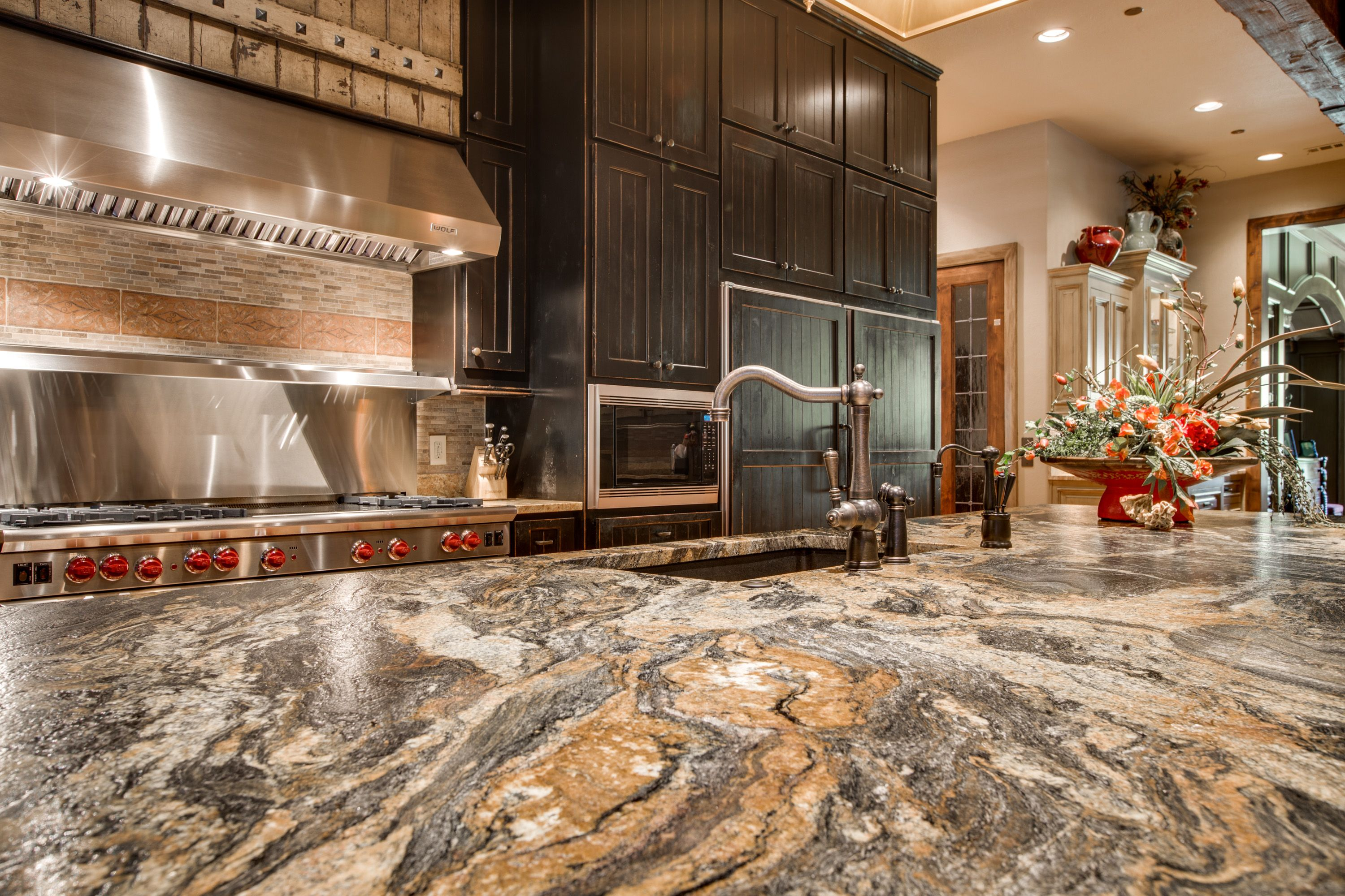 Volcano Granite In A Leather Finish Makes This Rustic Chic Kitchen Look Even More Amazing This Rustic Countertops Kitchen Remodel Design Rustic Chic Kitchen