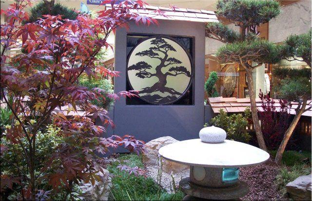 Künstliche und Natur Elemente sind ein Bestandteil des Gartens