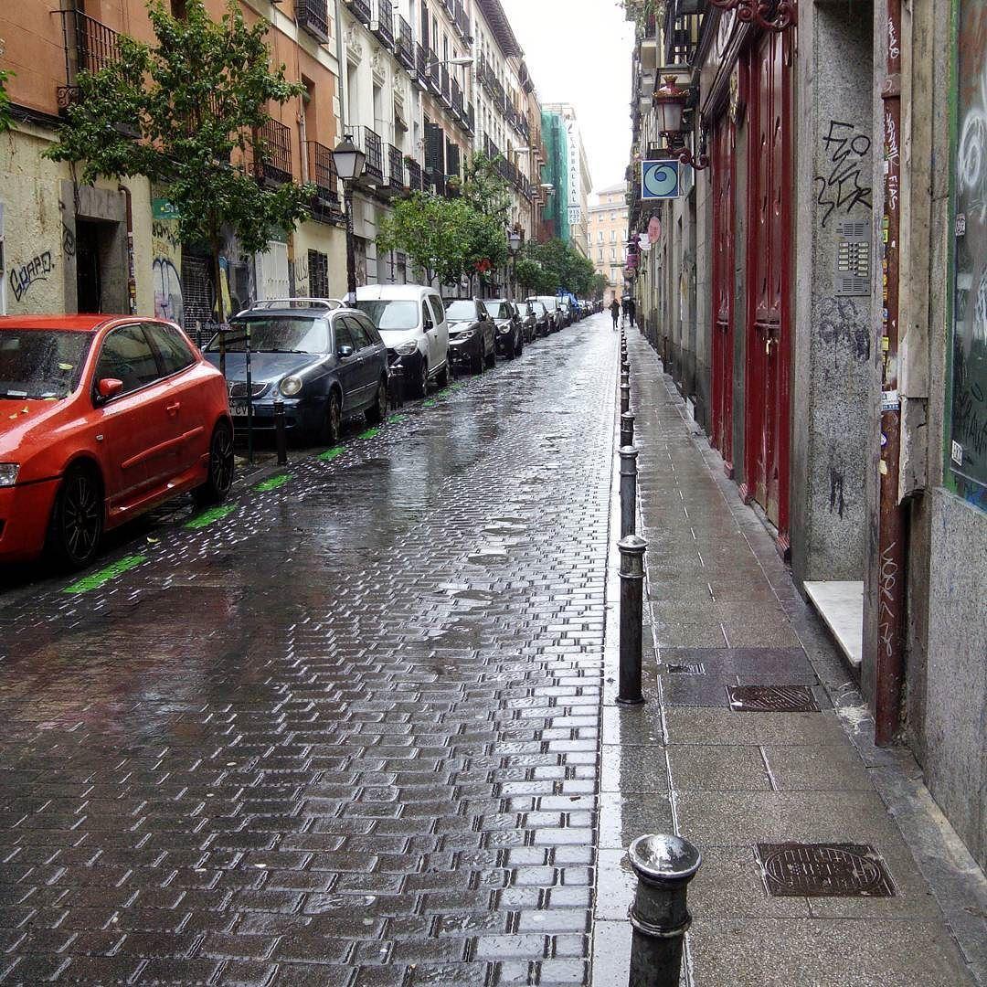Llueve... #madrid  #Malasaña  #calles  #street  #callesanvicenteferrer by sheherezade61