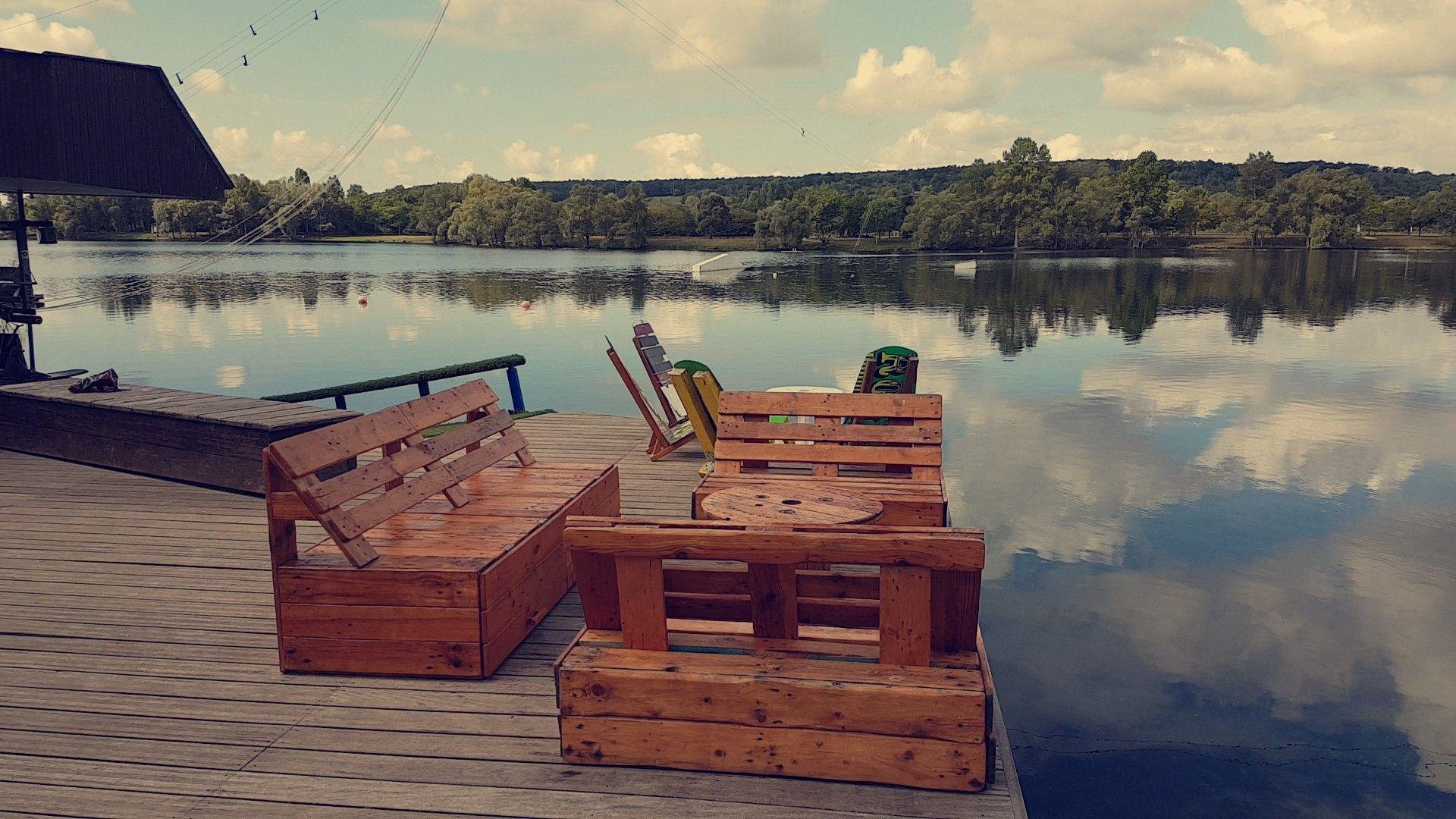 Petit salon de jardin en palette pour une base de loisirs avec ...