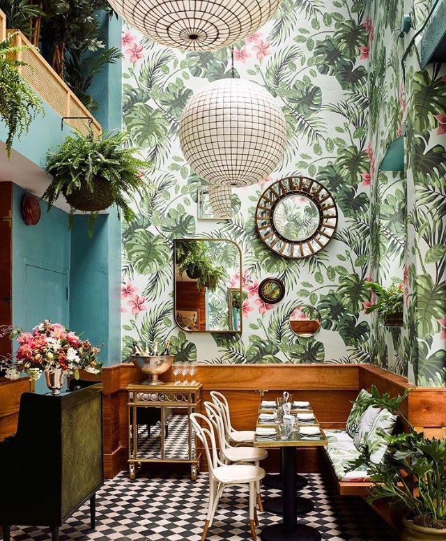 botanische tapeten an den wnden rattan mbel meeresfrchte champagner und tropische cocktails das alles l - Wohnung Einrichten Tapeten