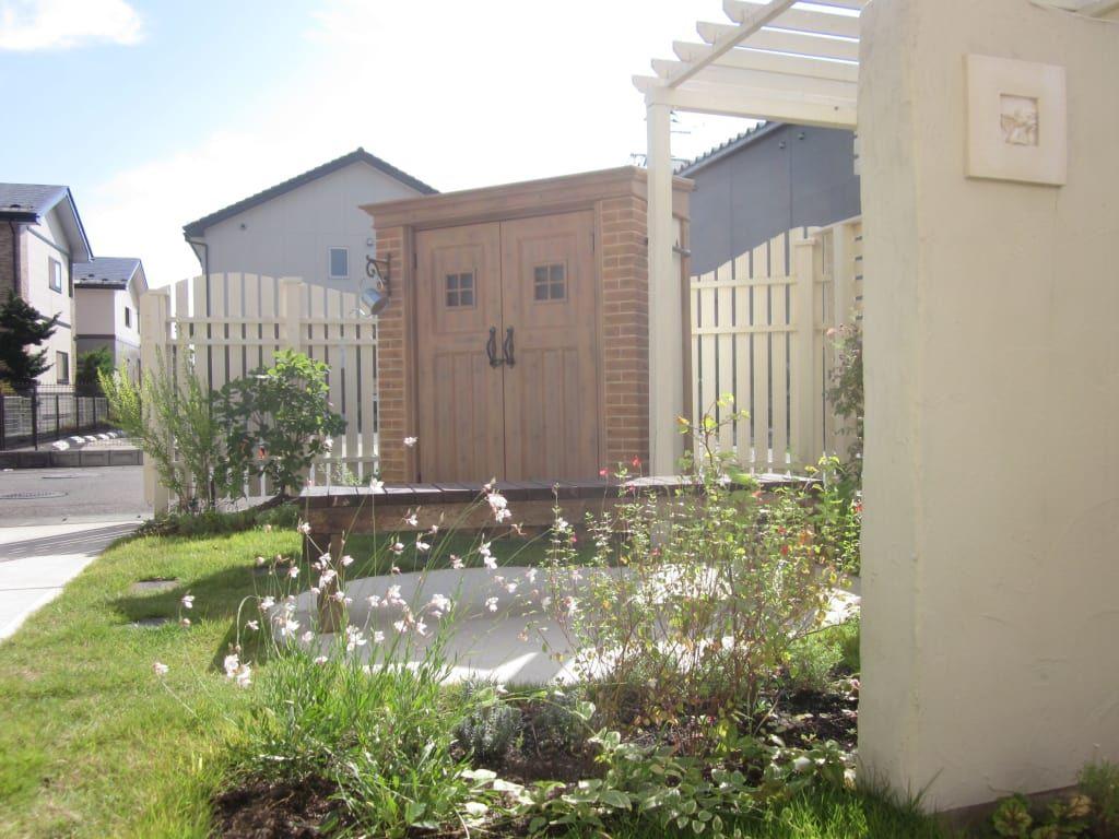 おしゃれなデザインの物置があるお庭 モミの木 エクステリア 庭