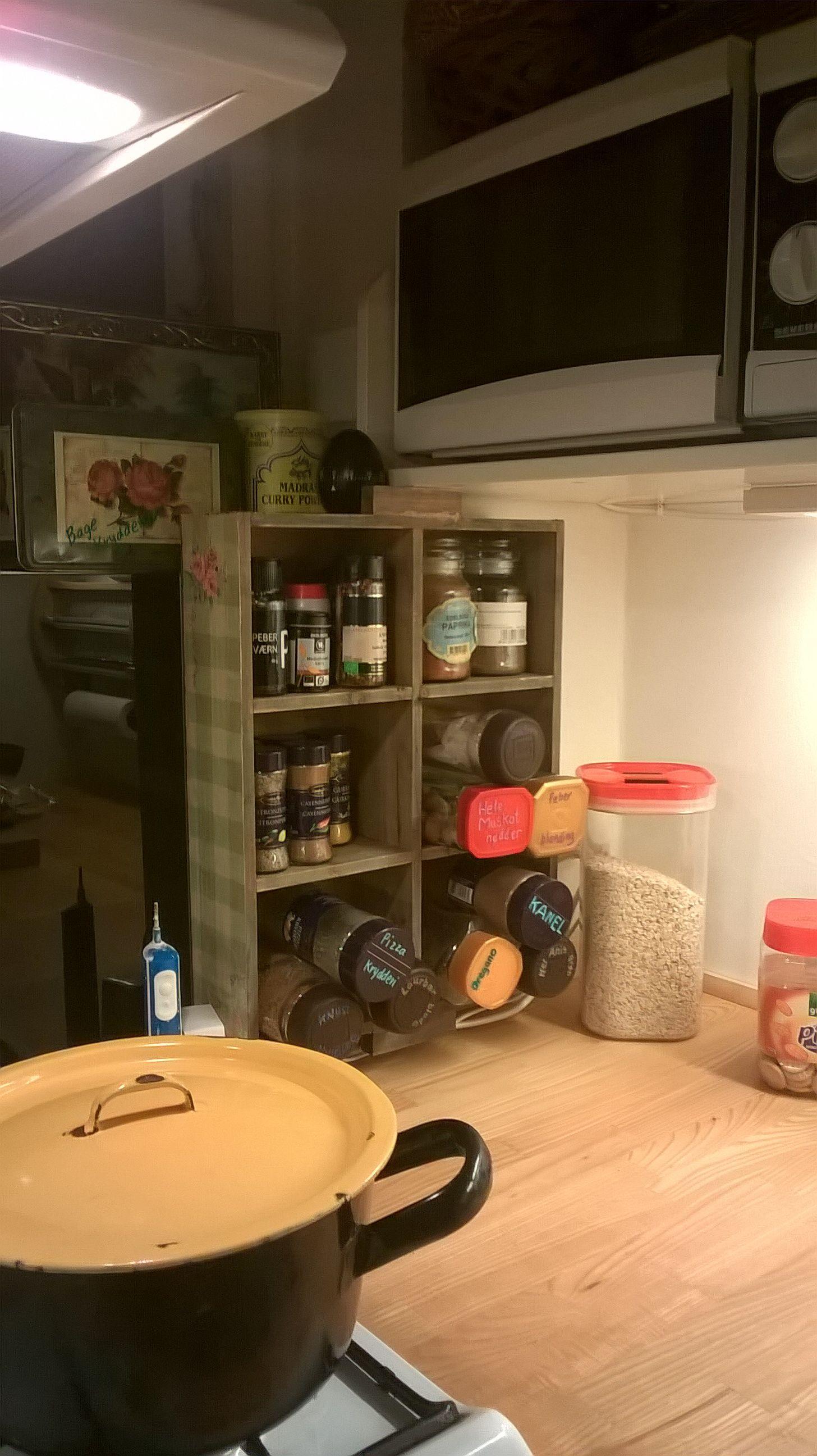 Bedre plads til krydderierne. Brug instantkaffe-beholdere, rengør glassene og de er klar til at krydderierne kan puttes i. Skriv navn på låget.
