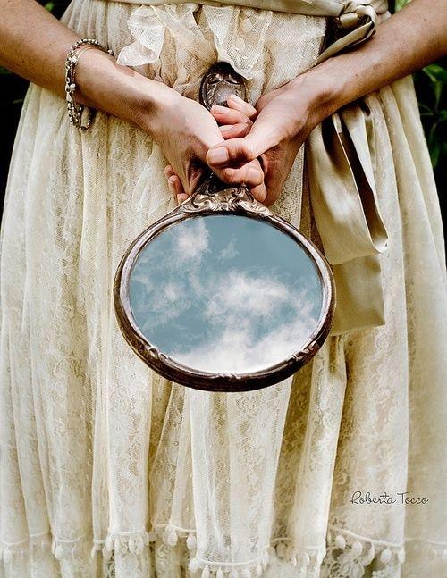 Lampi on kuin peili, johon katsot nähdessäsi vihdoin totuuden: Olet kaunis ja hyvä omana erityisenä itsenäsi, saapuessasi lammelle olet jo pitkällä voimapuutarhan matkallasi. Silti matka on ikuinen. Peili on rehellisyyden ja avoimuuden vertauskuva. Voit katsoa peiliin ja huomata unelmasi olevan totta tässä ja nyt.
