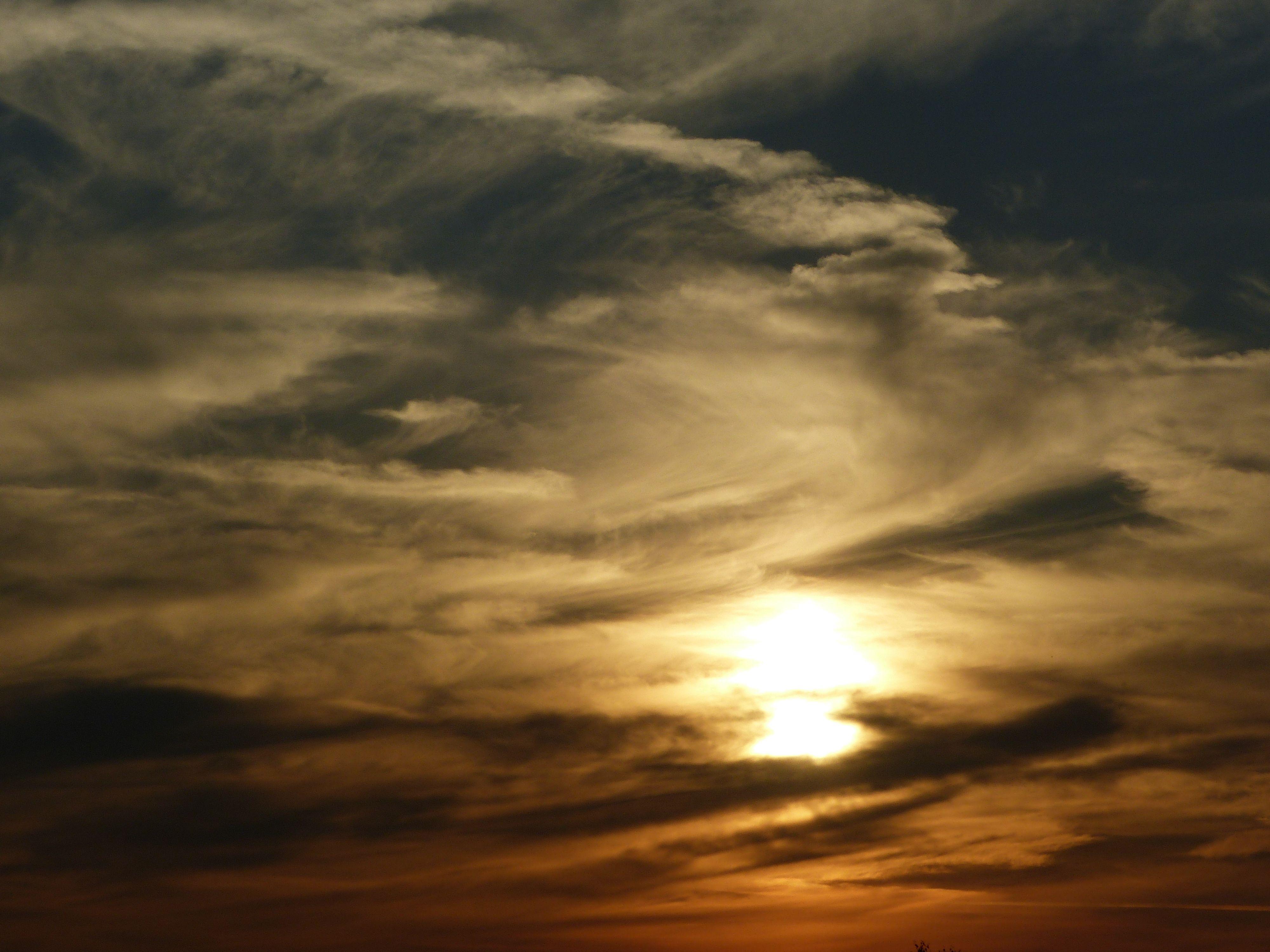 """Ein marmorierter Himmel lässt unsere Phantasie in Wallung geraten... """"Die Wandler"""" tun es auch.   http://www.christina-dabrowski.com/#!die-wandler-entkommen/cbtp"""