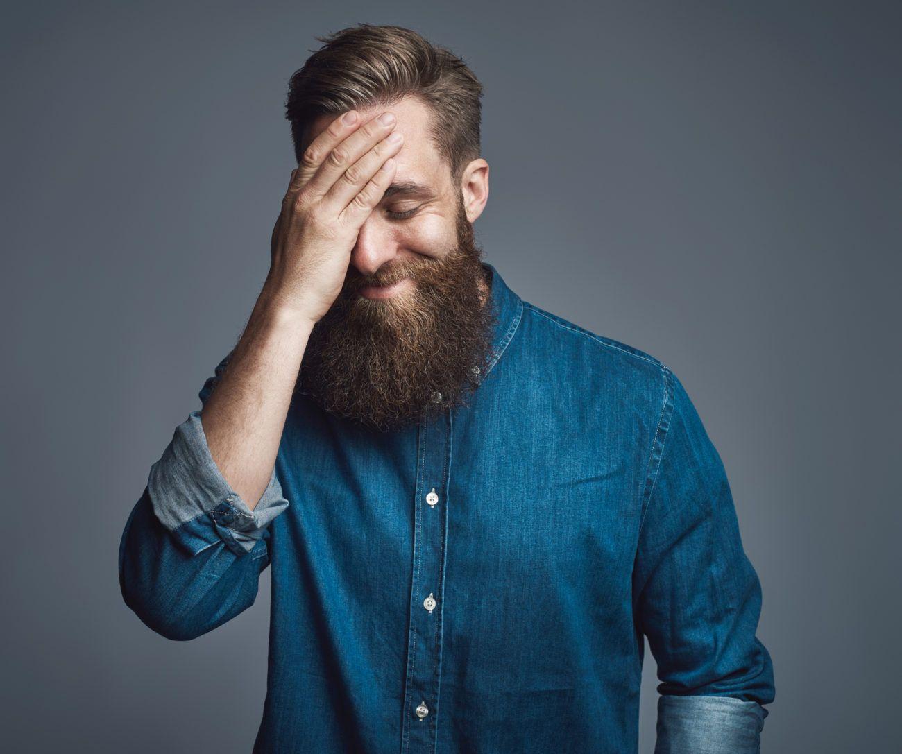 7 Signale beim schüchternen Mann: So weißt du, dass er auf