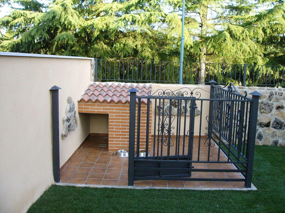 Caseta para el perro con plaqueta y tejadillo sobre for Puerta para perros