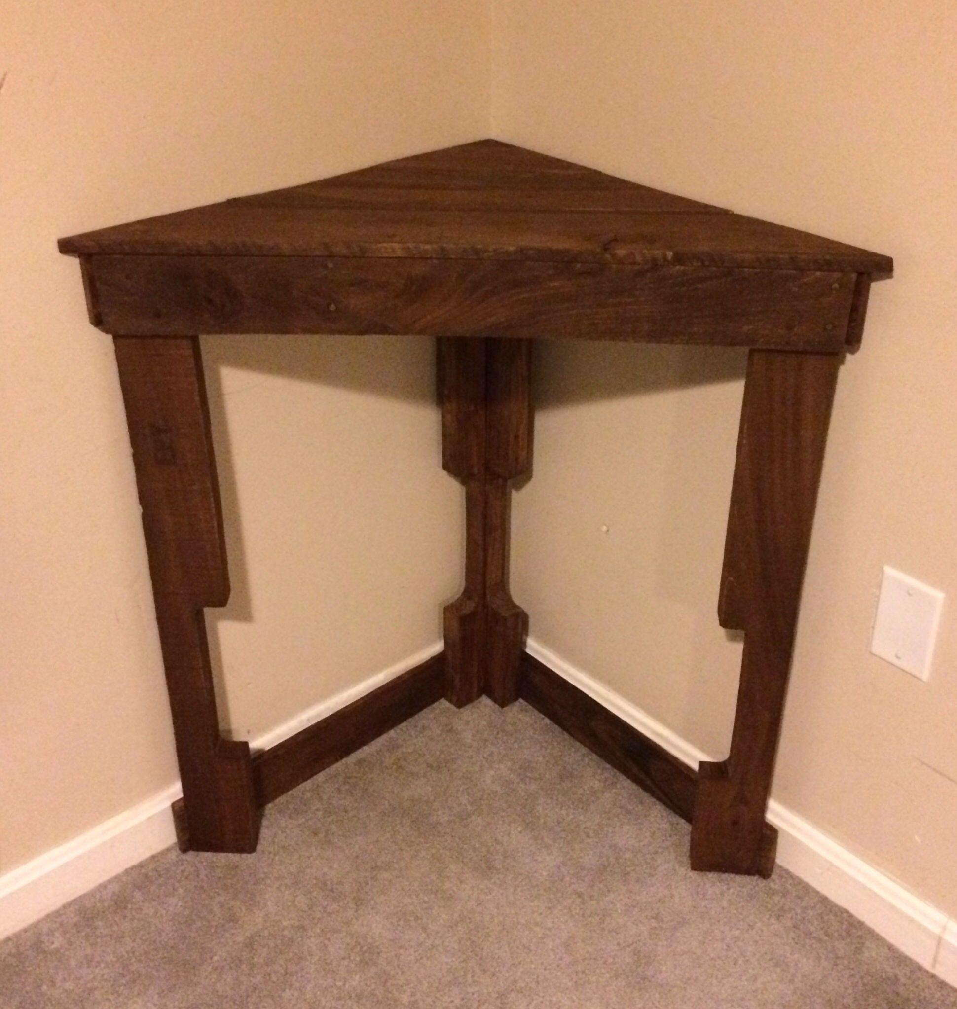 Pallet corner table crafty beeotch pinterest for Pallet corner bench