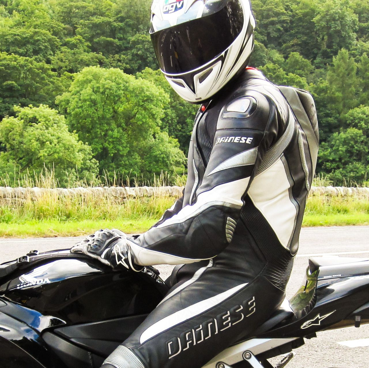 Motorradfahrer tragen Strumpfhosen