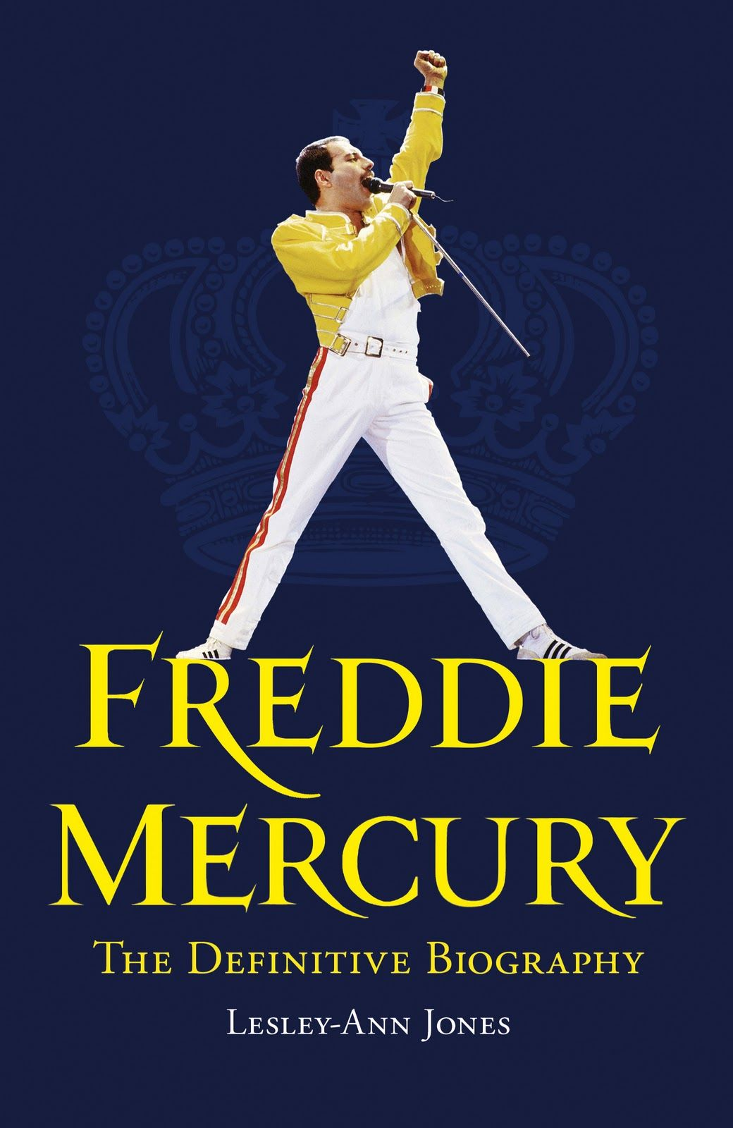 I LOVE Freddie Mercury, so this book is a must have for me. <3