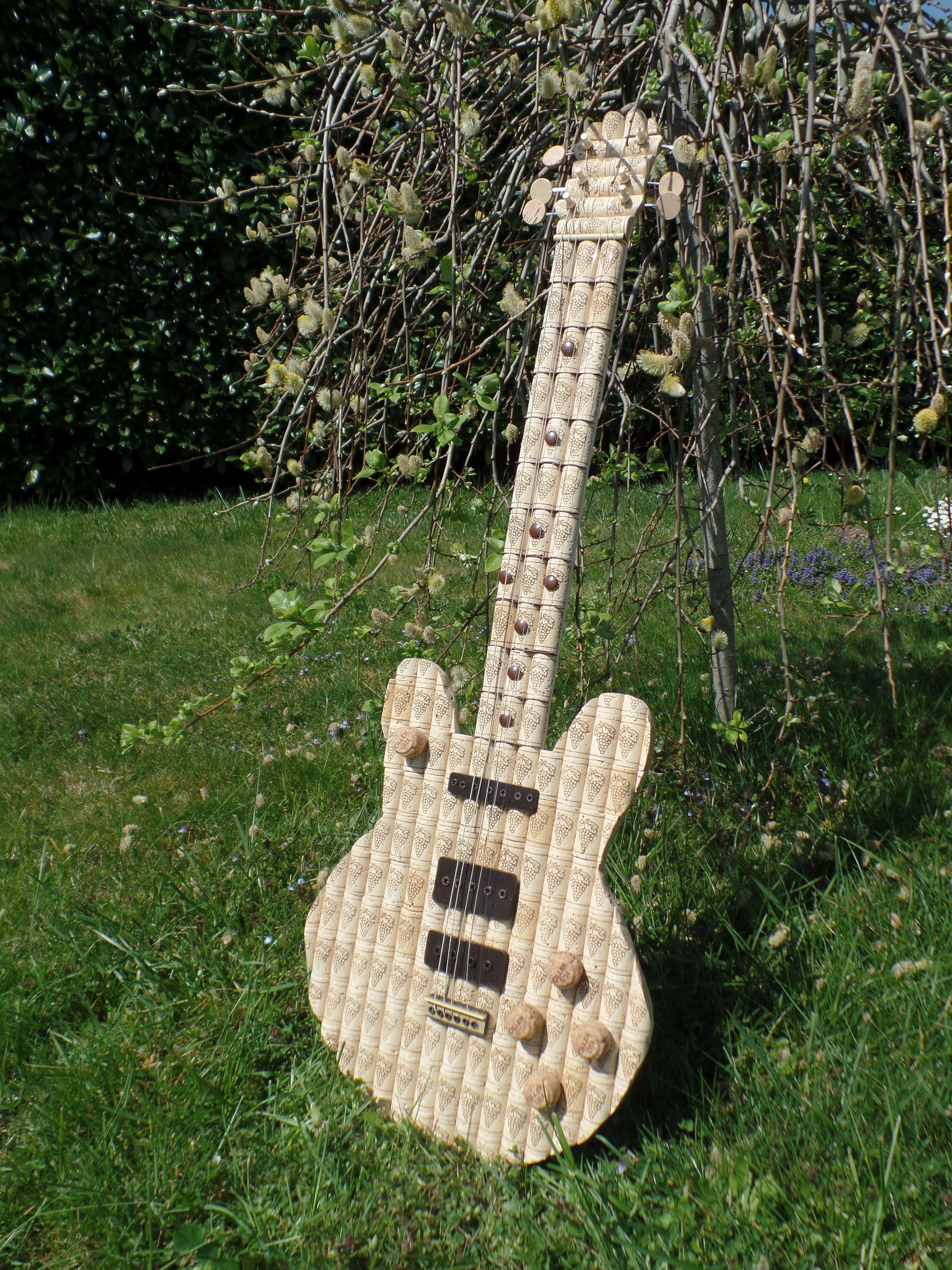 Chitarra elettrica realizzata con i tappi di sughero