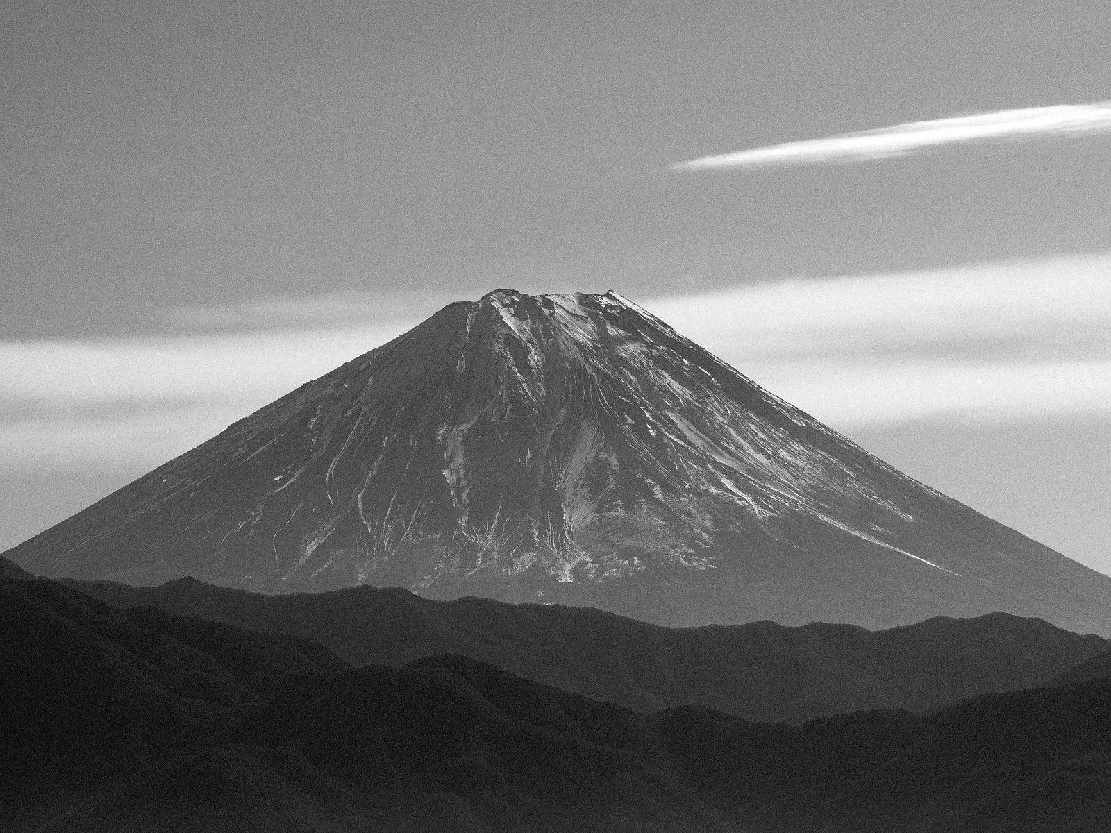 Monochrome Mt. Fuji from Hokuto [OC] [1600x1200] 北杜市から白黒富士山