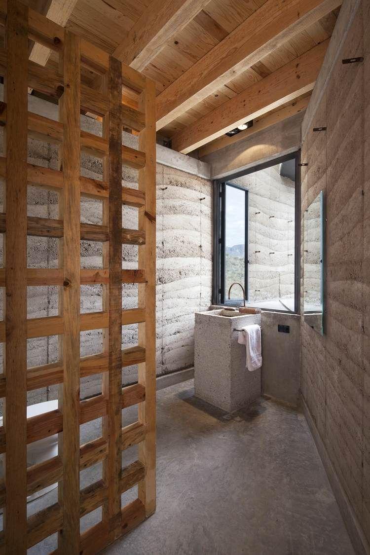 salle de bains dans la maison écologique avec lavabo colonne en béton