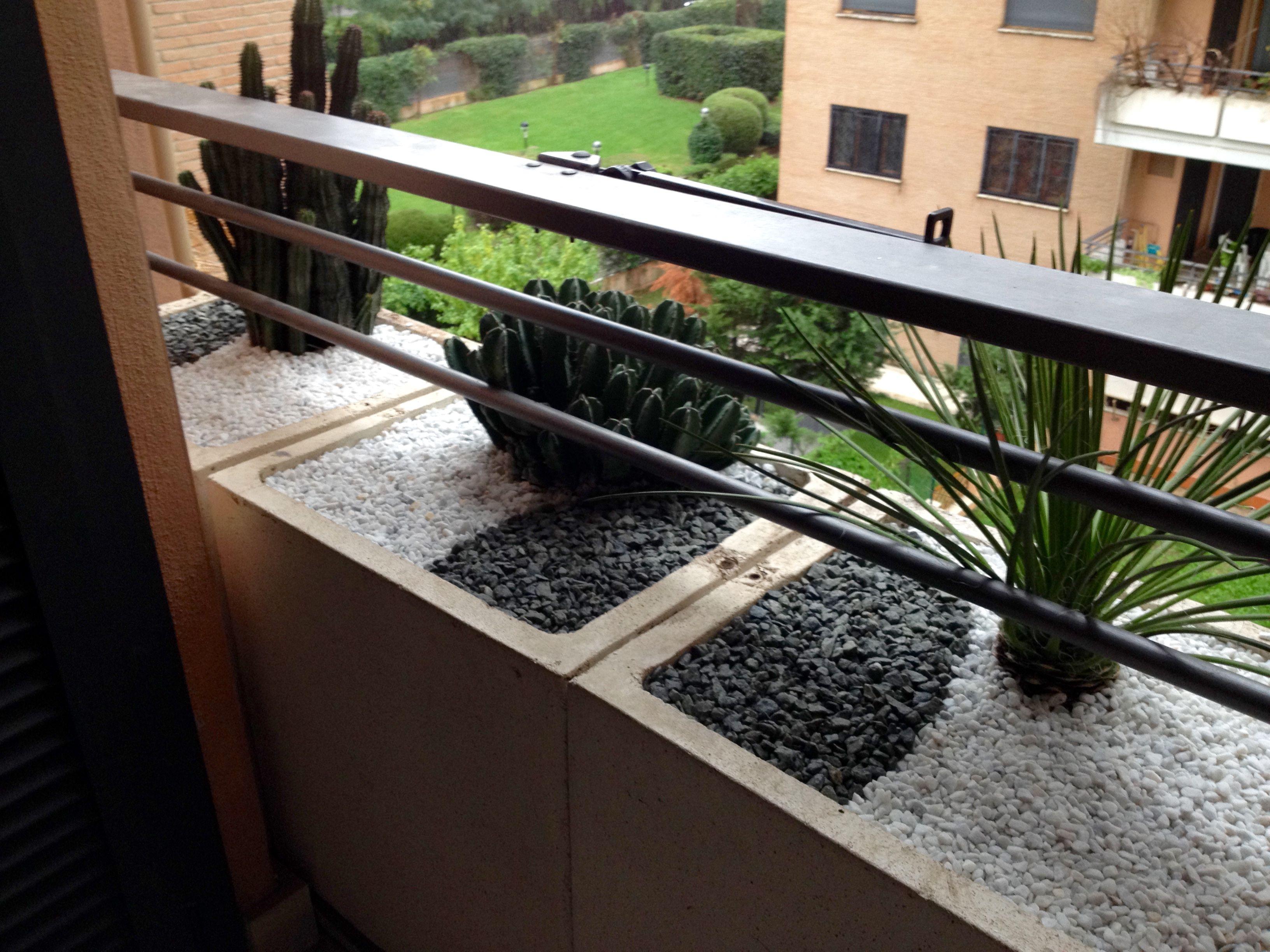 terrazzo con piante grasse e pietre decorative