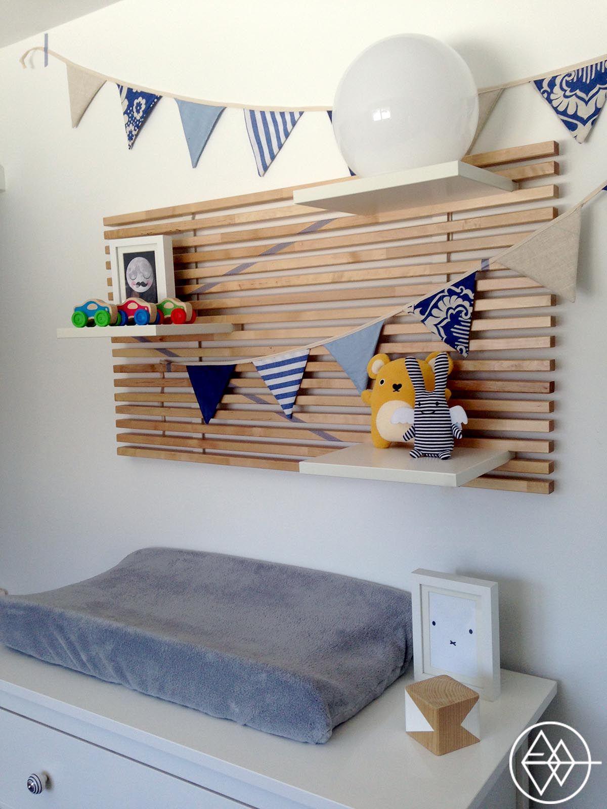 Il y a quelques mois de cela, j'ai tranquillementcontinuer à travailler dans la chambre de mon bébé, afin de la «finaliser». Étant donné que la celle-ci n'est pas grande, j'avais en tête de réaliser un mur décor qui, placé au dessus de la station de change, pourrait également me servir d'espace supplémentaire pourranger et accrocher…