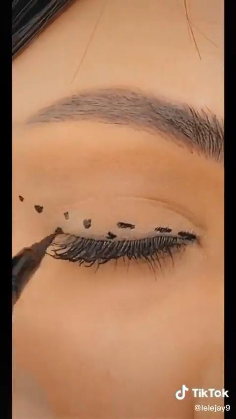 Winged Eyeliner Hack - Dot Method