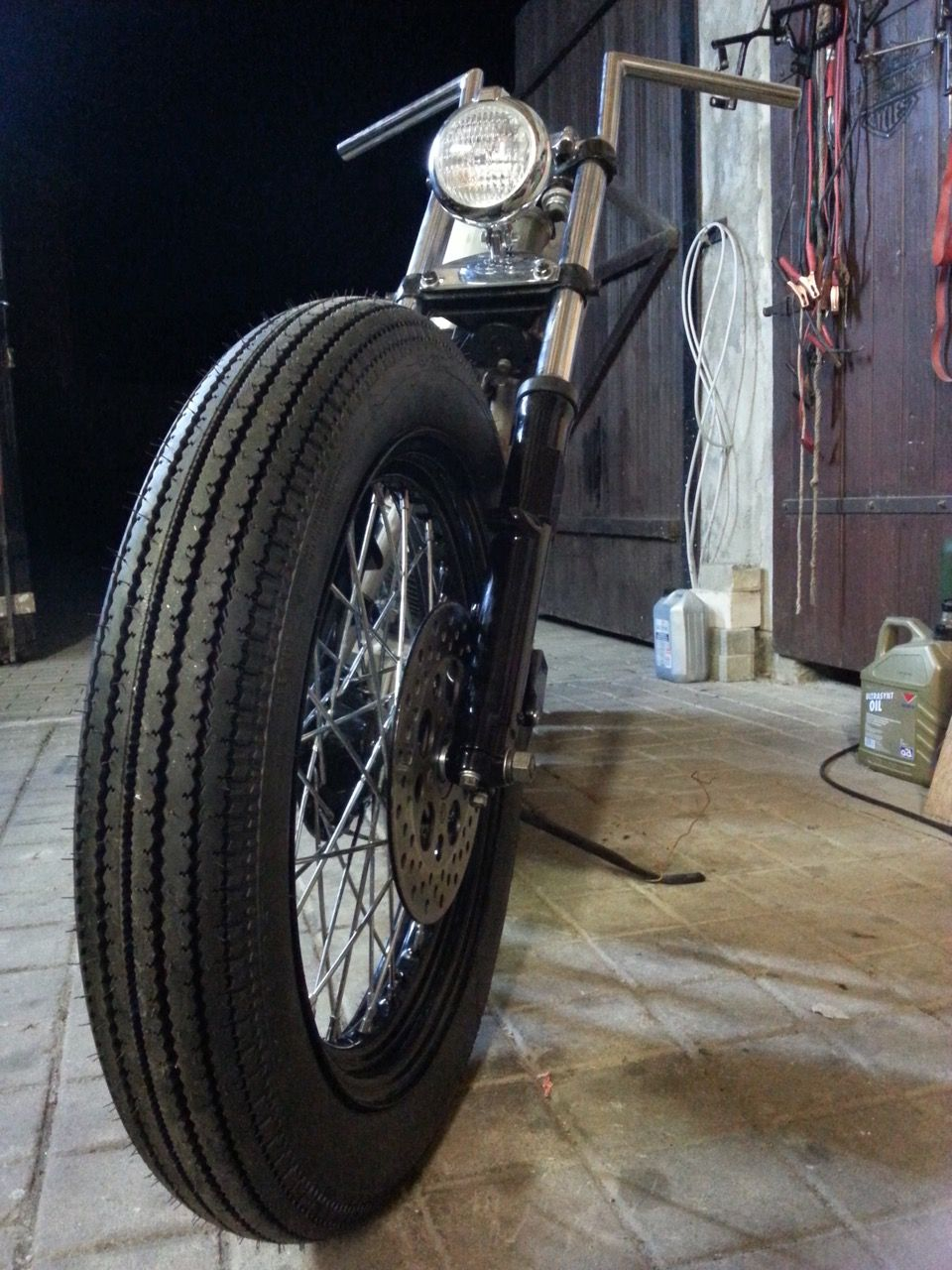 August 2015 Shovelhead Bobber Project Frontend Shinko Classic Series 270 Front Tire 4 00 19 On Original Rim Centered And Spaced Motorrad