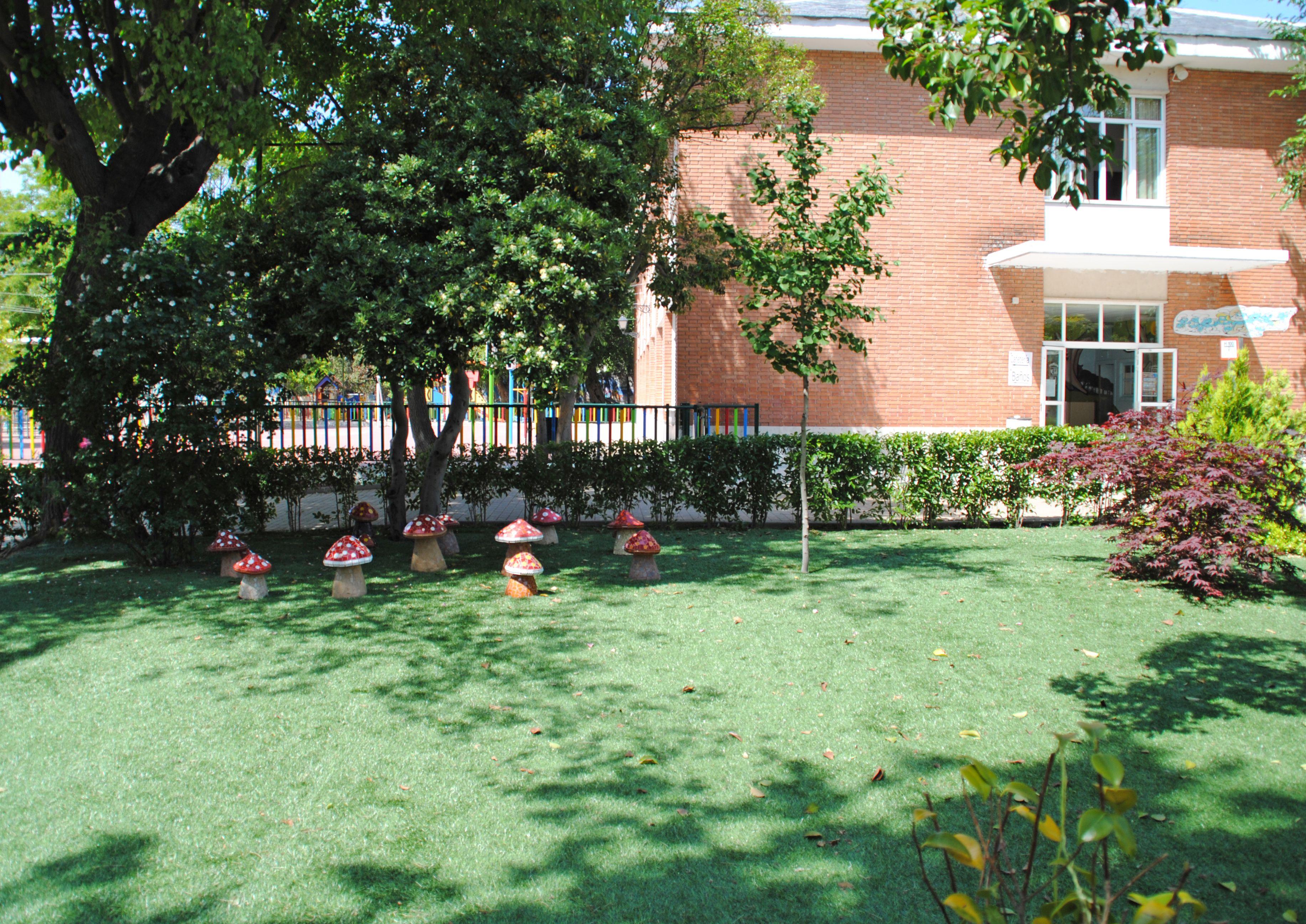 Nuestro jardin de setas y gnomos deja ver a lo lejos la for Jardin de setas