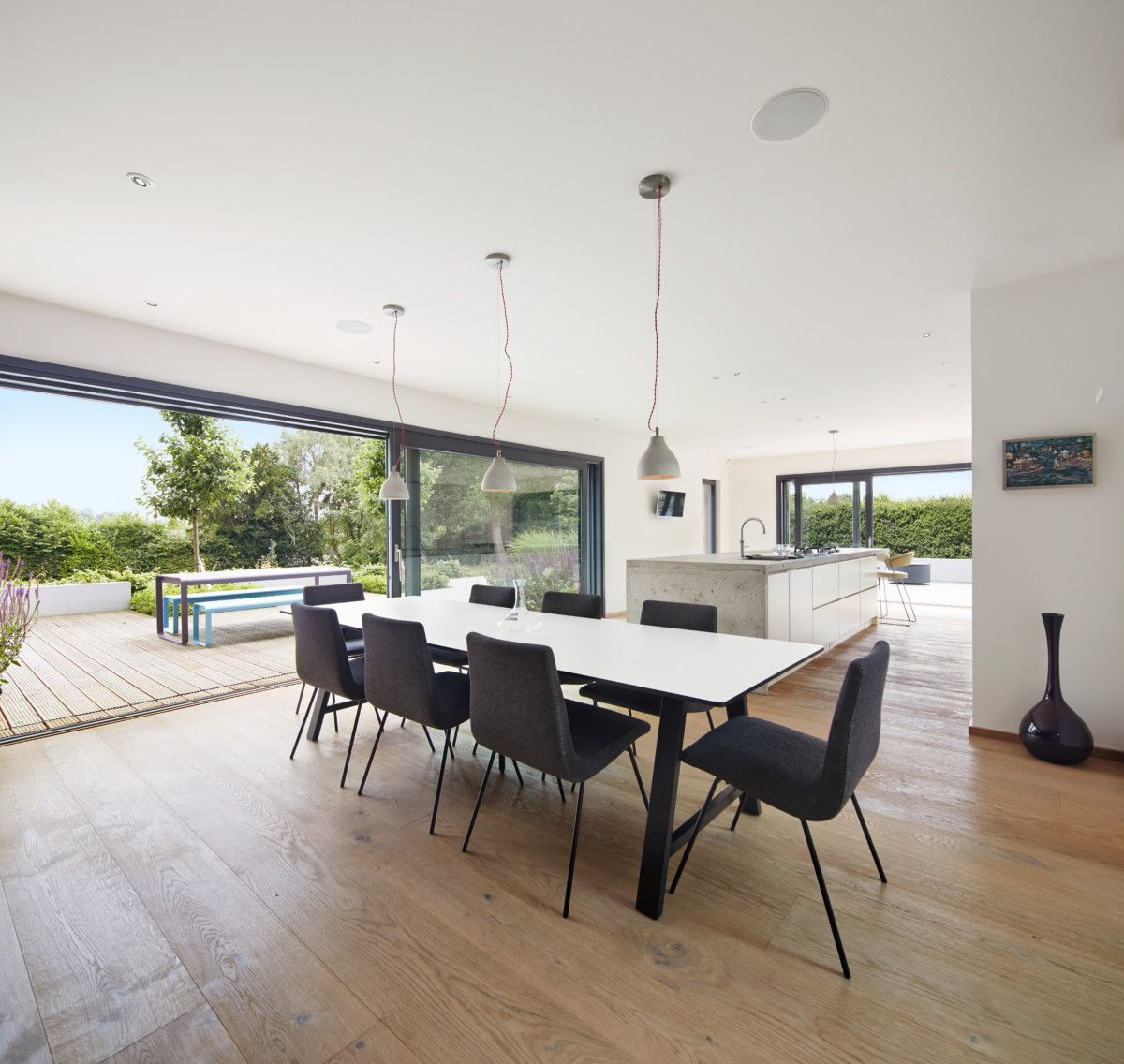 Esszimmer modern mit offener Kche  Ideen Einrichtung DesignHaus Weald House Baufritz