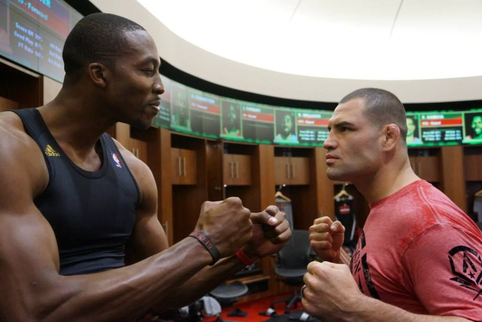 Houston Rockets Center Dwight Howard Faces Off With Ufc Heavyweight Champ Cain Velasquez Cain Velasquez Rocket Center Dwight Howard