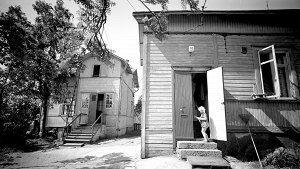 Tyttö Eevankatu 10:n ovella kesäkuussa 1971.