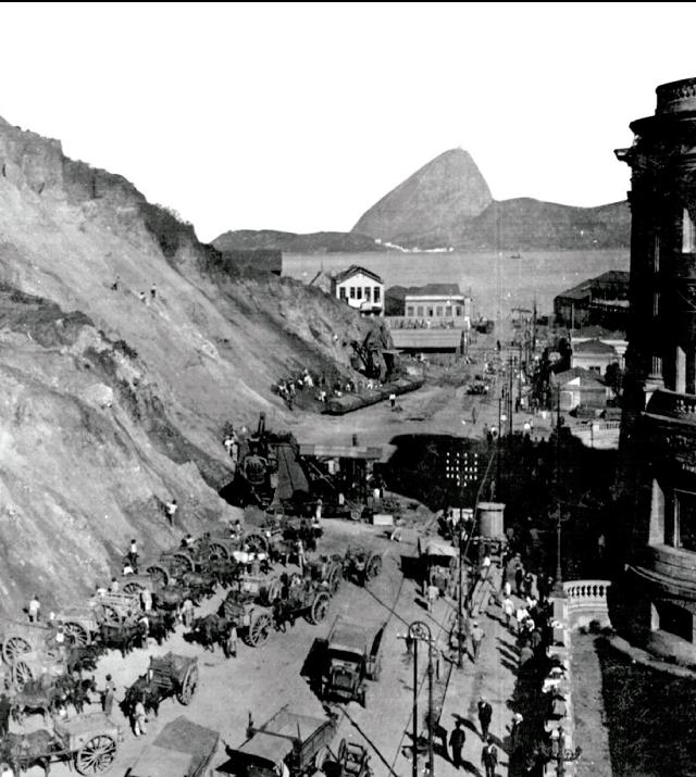 Início do desmonte, em 1921. À direita, os fundos da Biblioteca Nacional
