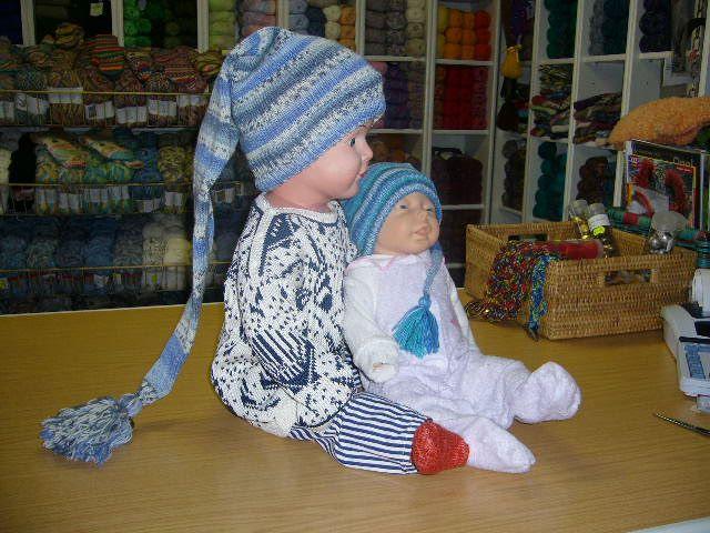 Designer: Habe die Anleitungfür Baby, Kind und Erwachsene verfaßt, erst kommt Baby, dann in Klammer Kind und Erwachsene. Material: SoWo Ll. 210 m/50 g, Verbrauch 50g (90-120 g, 120-150g) Anleitung…