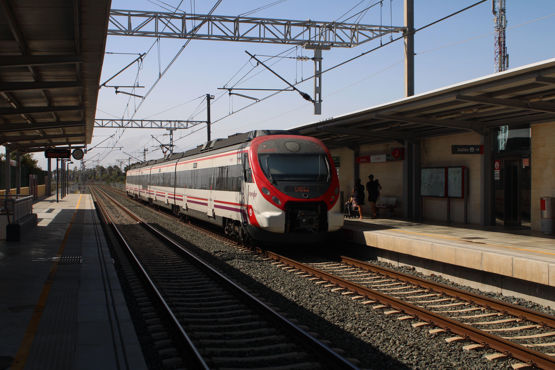 cercanías procedente de Cádiz circulando por la estación de Valdelagrana