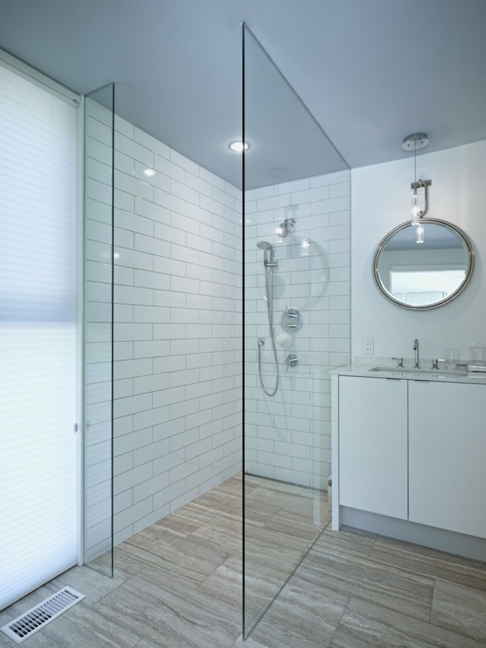 Platos de ducha de obra ba o blanco paredes con baldosas for Espejo redondo blanco