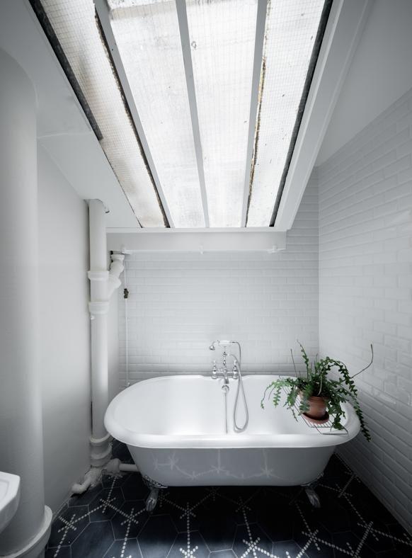 L 39 atmosfera retr del bagno completata dalla vasca con i piedini amplificata dalla finestra - Finestra sul tetto ...