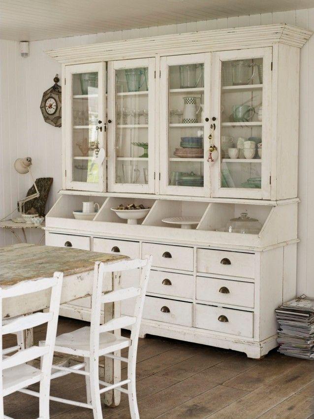 Ein englisches haus im romantischen landhausstil auf for Esszimmerschrank landhausstil