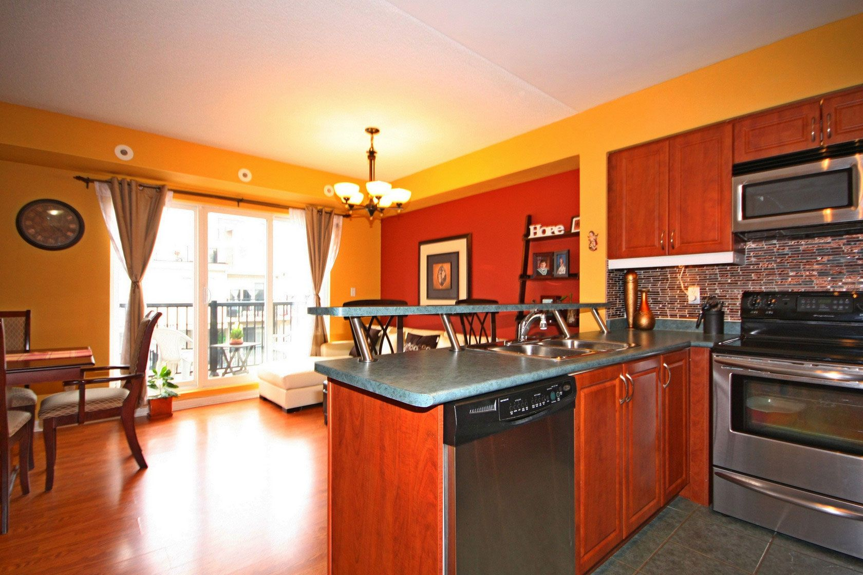 Modern Kitchen with Stainless Steel Appliances, Backsplash