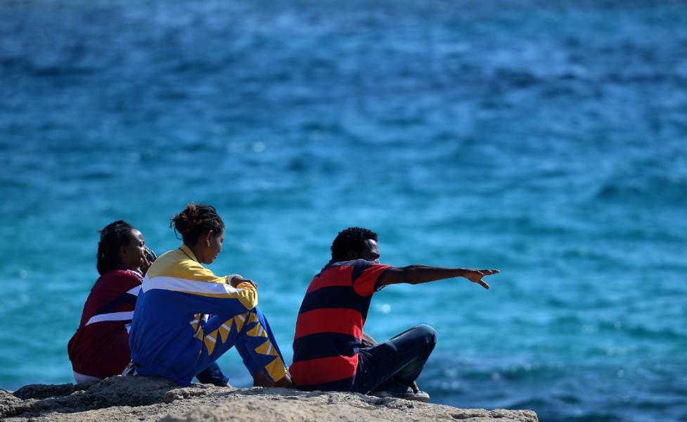 Ces Migrants Qui Nous Gachent Les Vacances Photo Un Groupe De Migrants Arrives Sur L Ile De Lampedusa Vacances Zarzis Tunisienne