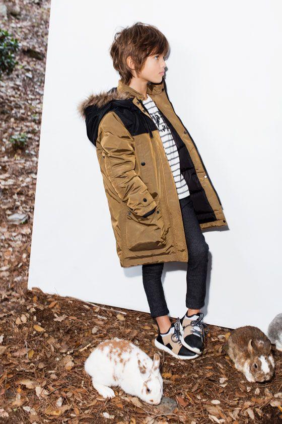 В зимней коллекции Zara представлен широкий ассортимент удобной детской одежды для повседневных и праздничных дней.  Для мальчиков: толстовки и футболки с эффектом потертости и вышивкой, парка на подкладке из искусственного меха, рубашки в двухцветную клетку, брюки джоггеры и брюки с контрастной