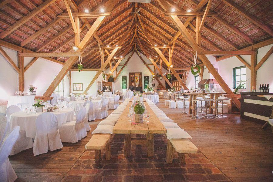Eine Scheinenhochzeit Mit Vintagedeko Auf Gut Aichet Scheunen Hochzeit Hochzeit Hochzeit Location