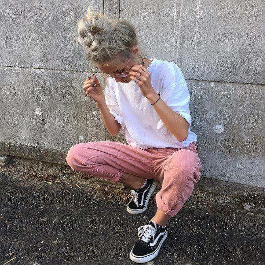 40 стильных образов, с чем носит женские кеды Vans в 2020 г
