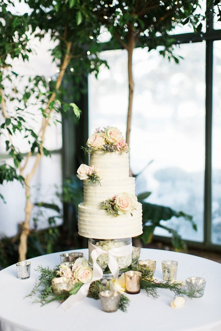Classic wedding cake adorned with pretty floral , three tier wedding cake #winterwedding #wedding