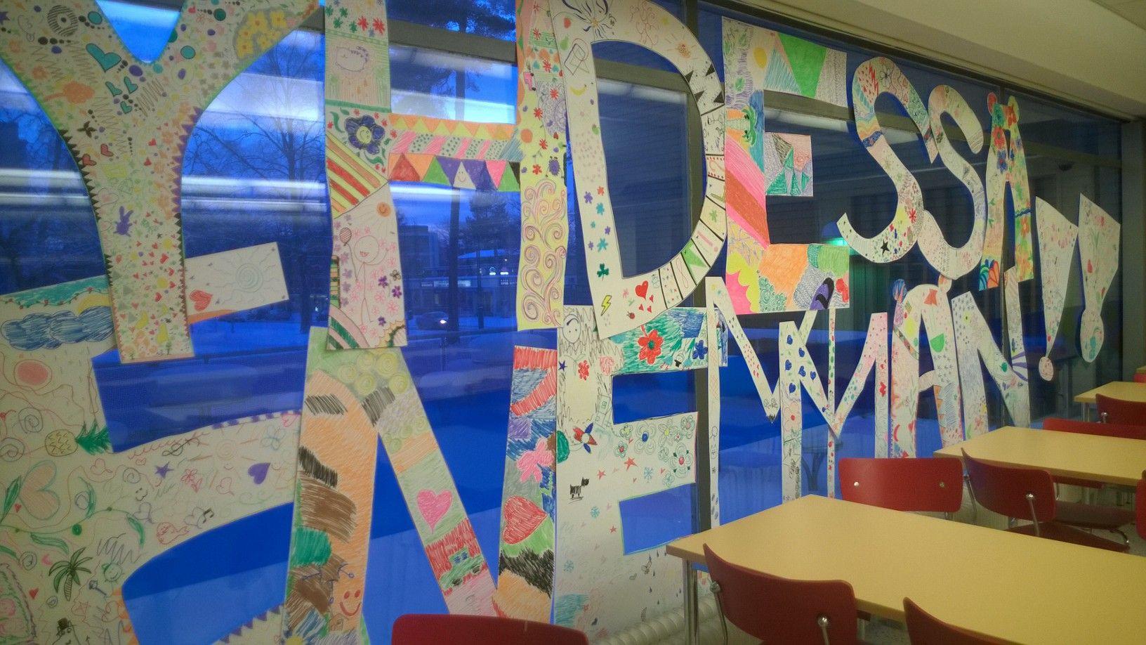 Yhdessä enemmän. Hyvinkään Laurean ruokalan ikkunassa. Uusia opiskelijoita epäillään. ;) Ihanan värikäs!