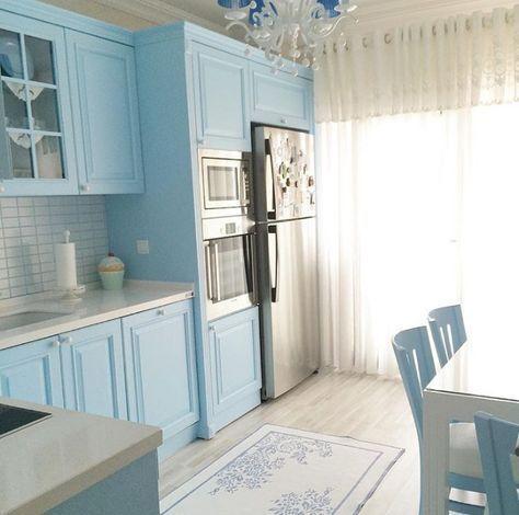 Mavi ve beyaz bir mutfak..