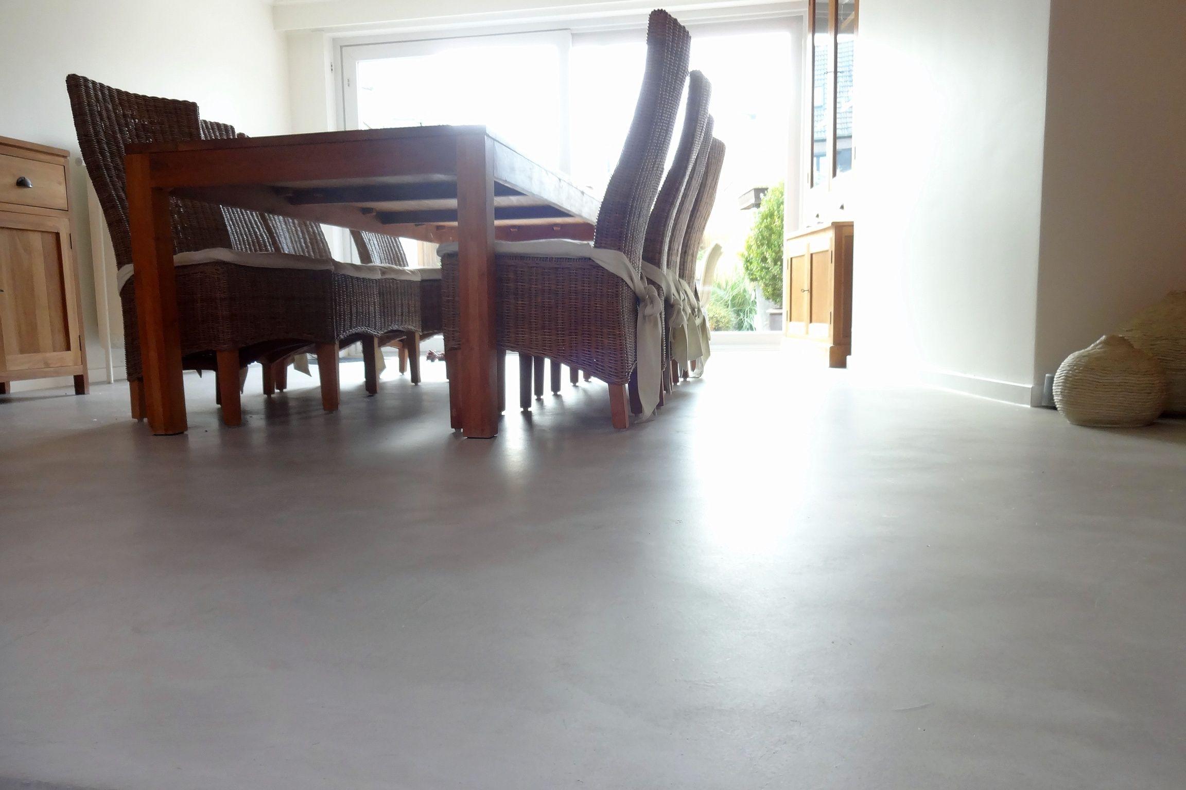 betonlook looks van een gietvloer het is een stukadoorstechniek