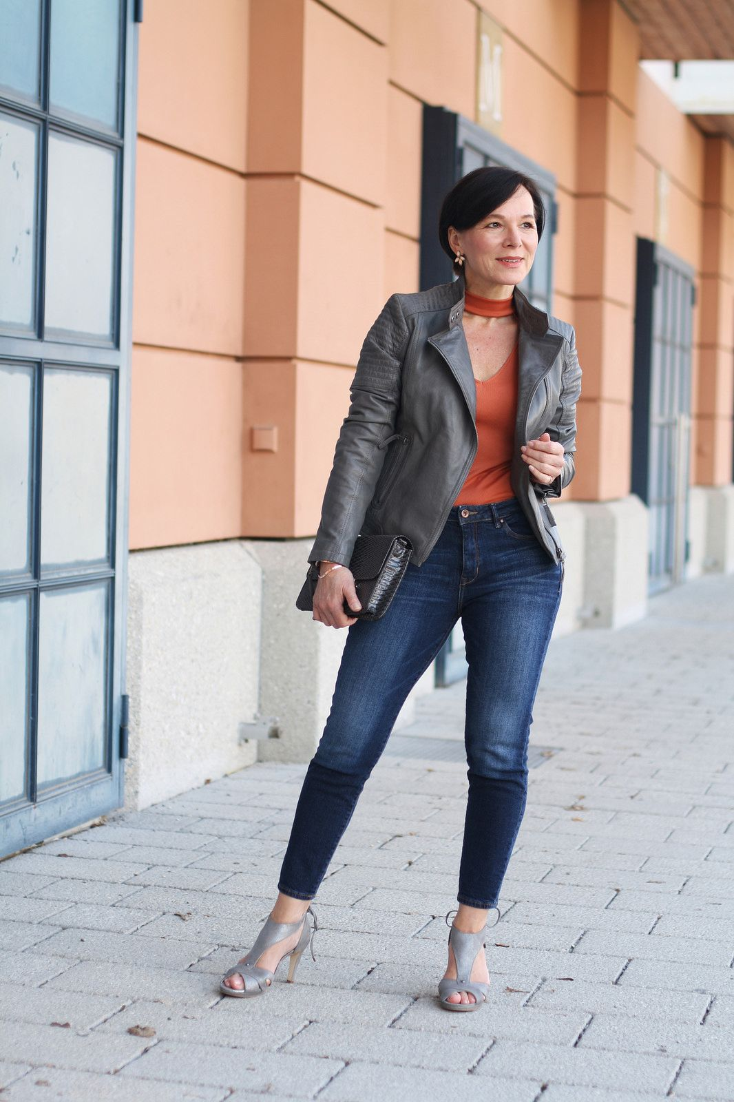 how to add a feminine touch when you are wearing casual jeans and a