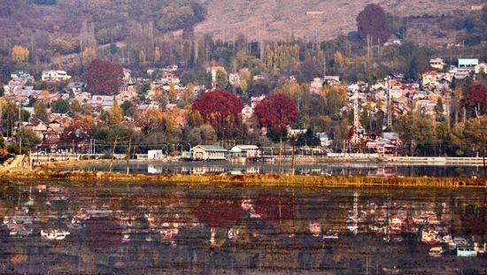 Autumn in Kashmir A breathtaking scene of Dal Lake and Zabarwan hills captured by GK lensman Mubashir Khan on chilly Autumn afternoon.