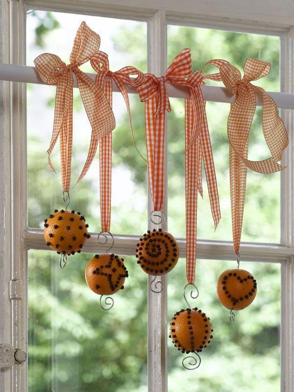 Duftende Orangen als Fensterdekoration