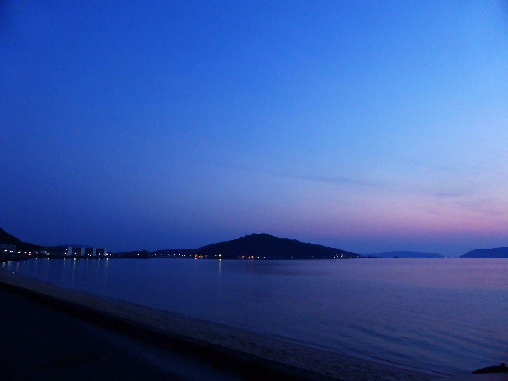 ( Morning Now at Hakata bay in Japan ) 5:02光が東から西へと流れ込む薄明(dawn)の博多湾です。