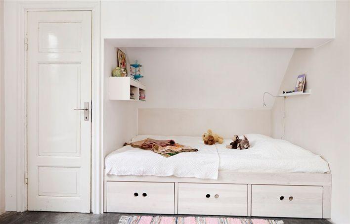 Inbyggd säng med förvaring i barnrum My Scandinavia Pinterest Bed storage, Sleeping nook